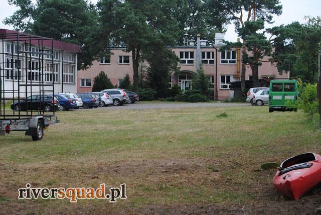 Parking dla klientów RIVERSQUADU znajduje się na mecie spływu w gimnazjum w Otwocku-Mlądzu przy ul. Majowej 267