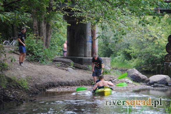 Spływy kończą się najczęściej przy moście znajdującym się przy Mlądzkim gimnazjum. Pracownicy RIVERSQUADU pomagają wnieść kajaki na górę